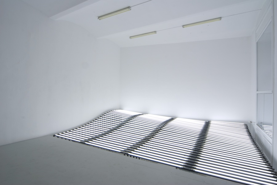 Welle (Wave) fl-lights, steel, cabel, 360 x 520 x 80 cm, 2010